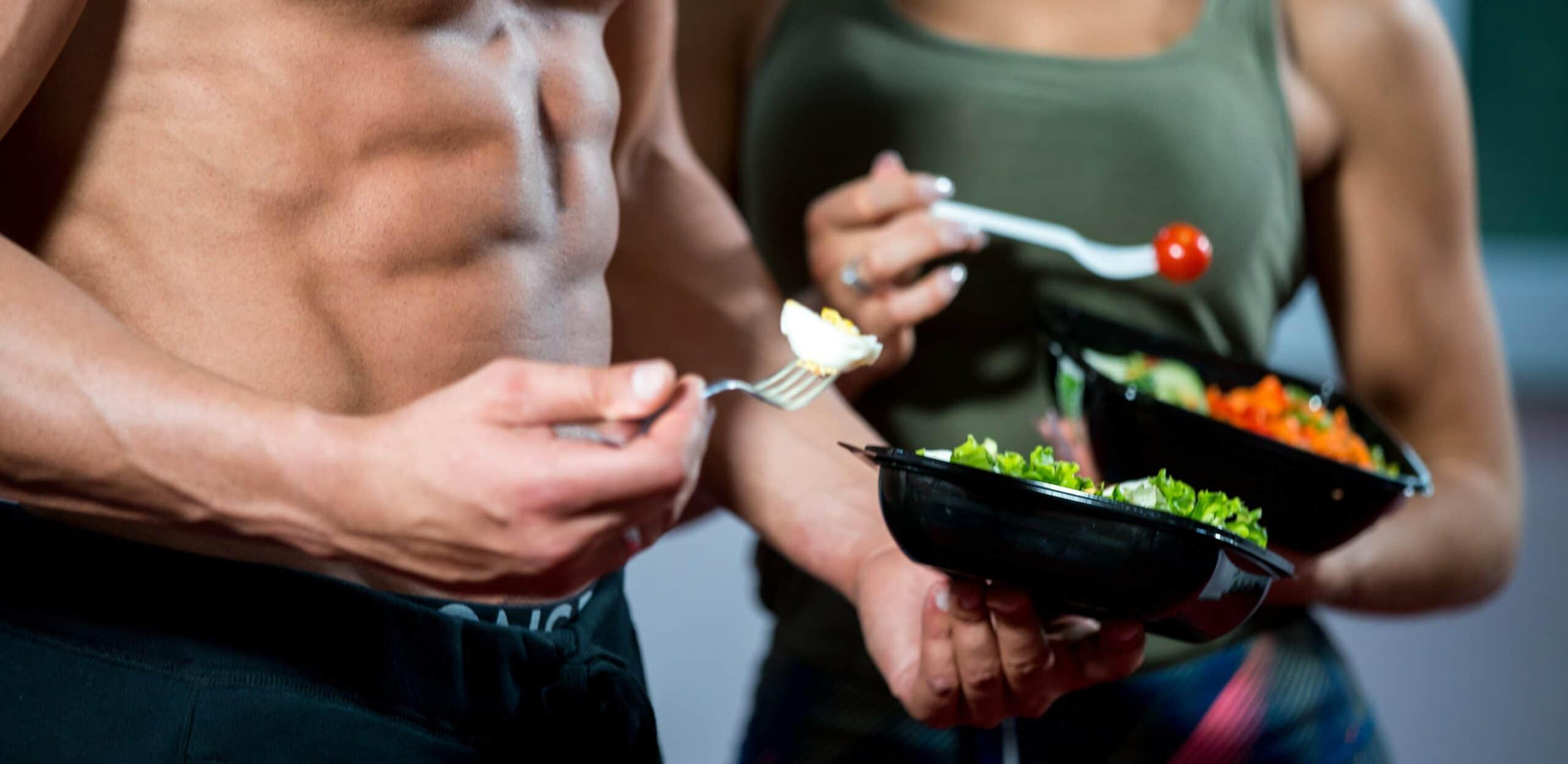 uomo e donna mangiano in palestra