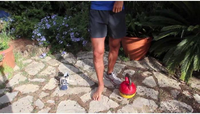 allenamento kettlebell scarpe o piedi nudi