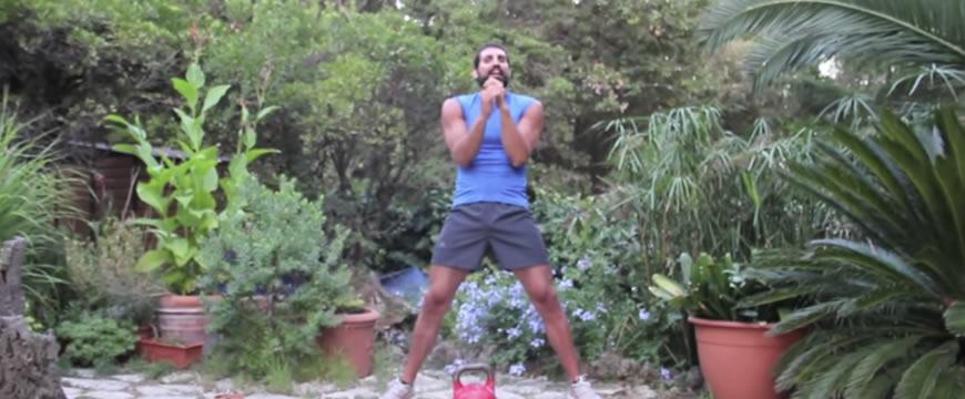slancio con kettlebell a gambe aperte