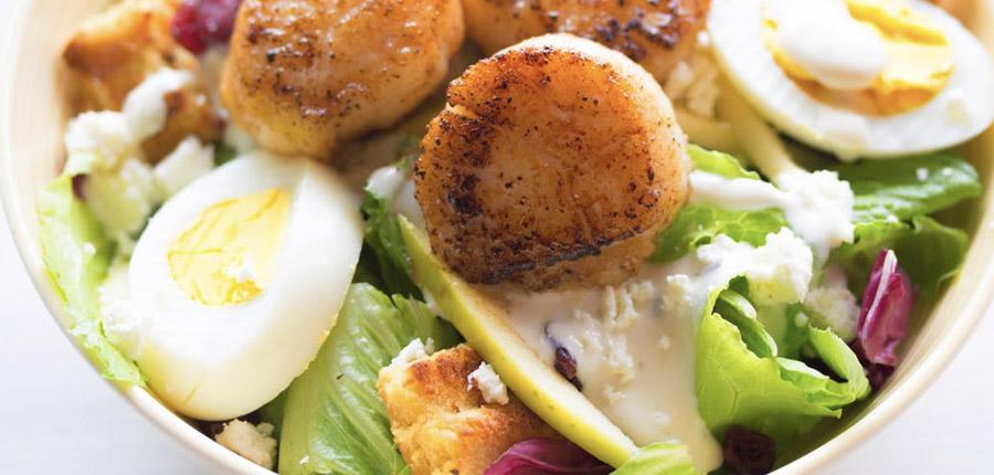 Pranzo con uova, insalata e pollo
