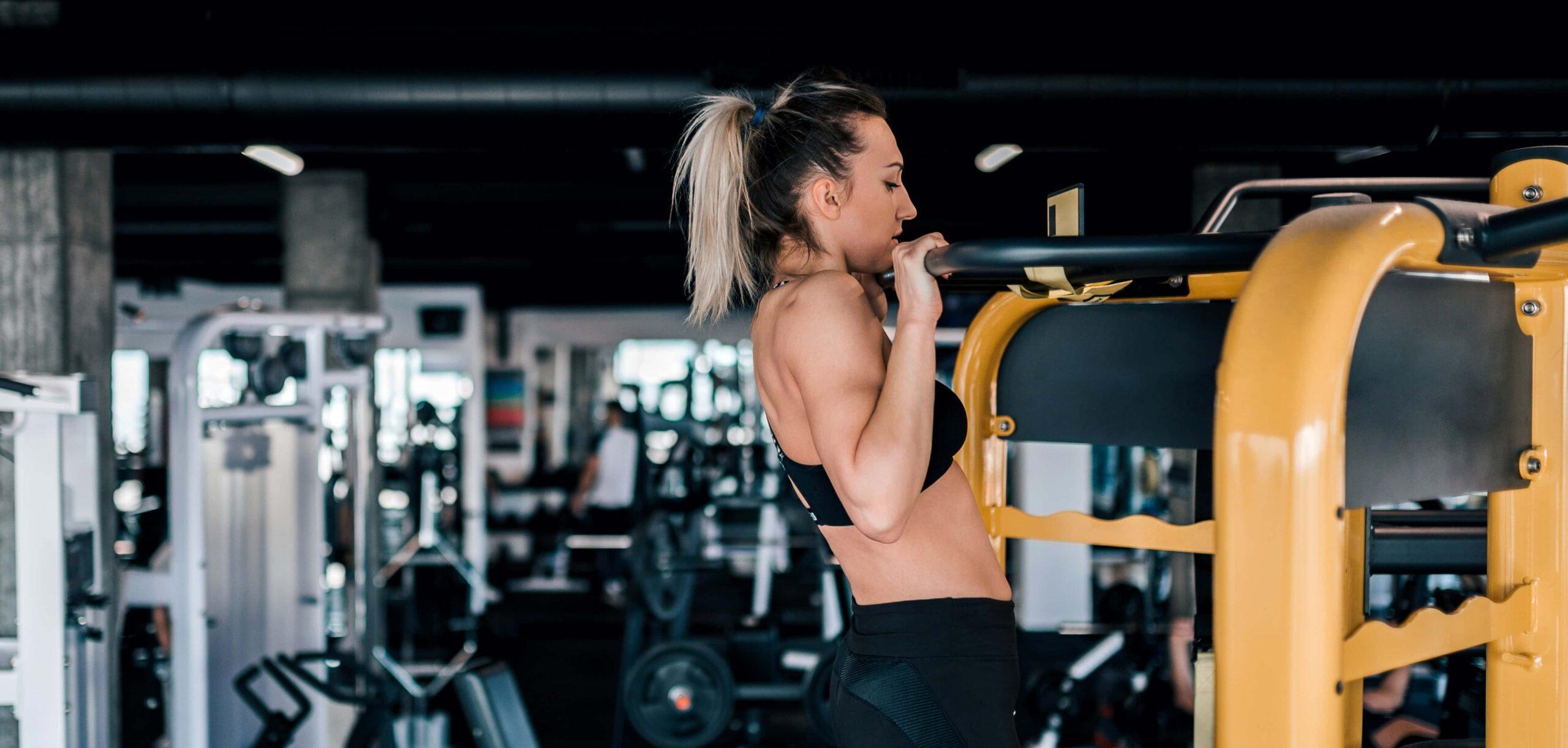 sviluppo massa muscolare donna in palestra