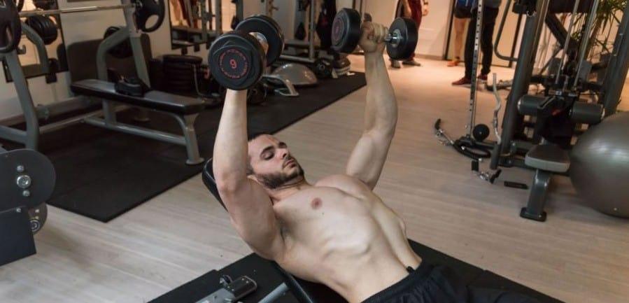 croci con manubri bodybuilding